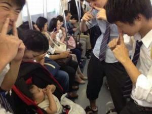 電車で泣いてしまった赤ちゃんにした男子高校生の行動に感動!