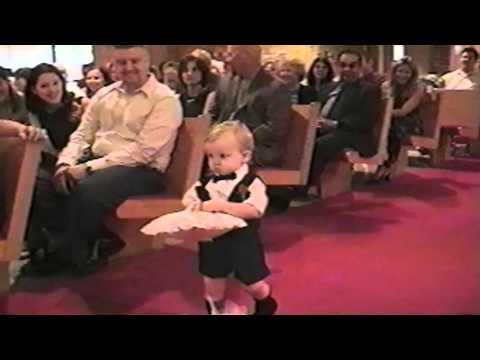 結婚式で指輪を運ぶ大役を任された男の子がとんでもない事を・・・!笑